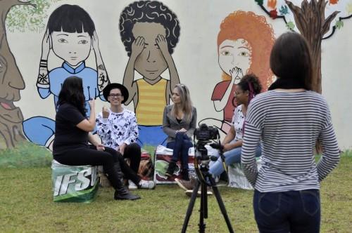 Estudantes criam canal bilíngue de informação e interação sobre questões LGBT