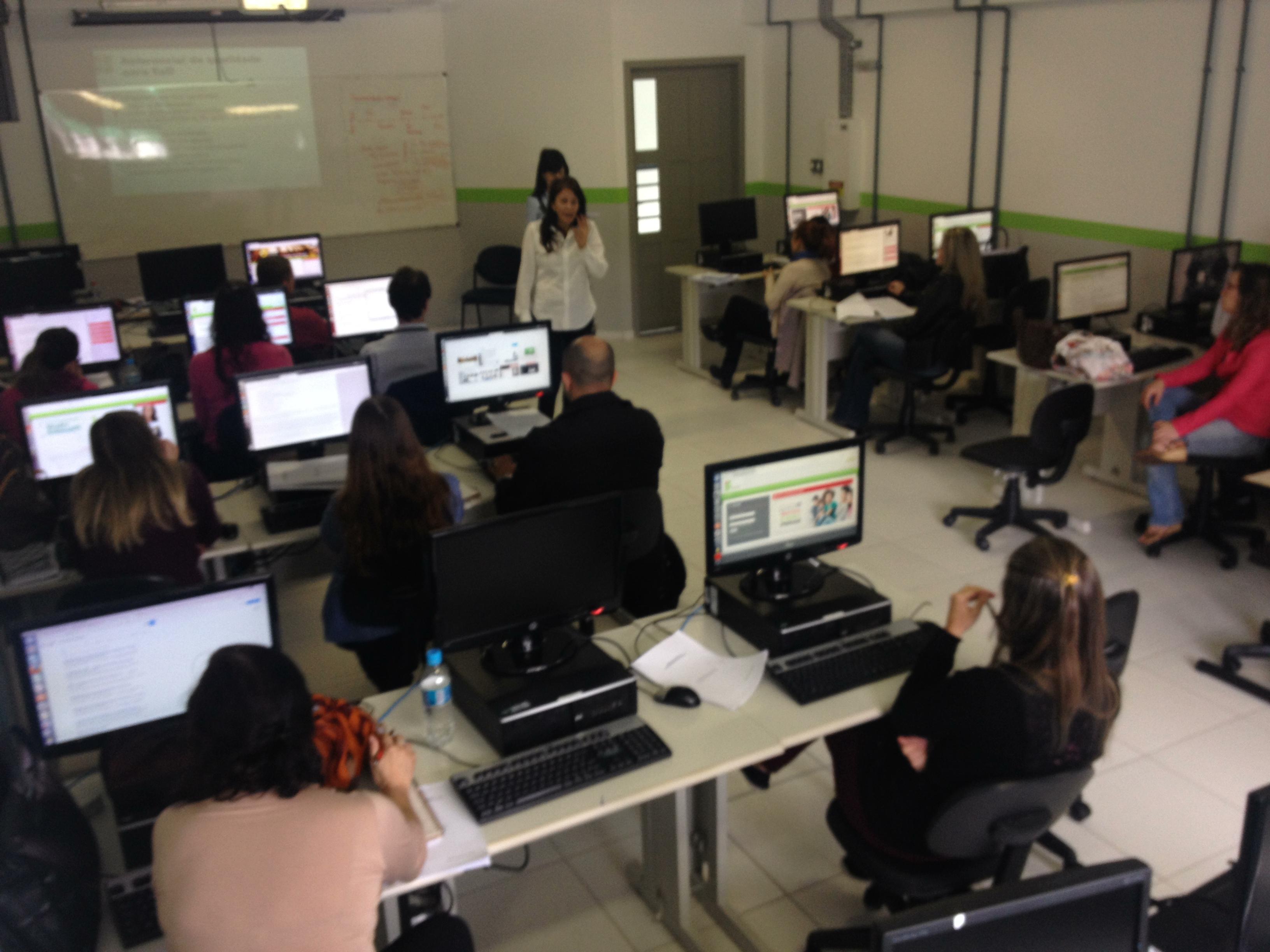 #4C6120 Servidores participam de curso de Formação Continuada em Educação  3264x2448 píxeis em Curso Design Ead