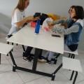 Duas alunas fazem refeição em mesa no Câmpus Caçador