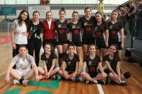 Marizete com o time de handebol feminino campeão do JIFSC