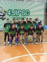 Yuri com o time de Gaspar campeão do futsal do JIFSC em 2015